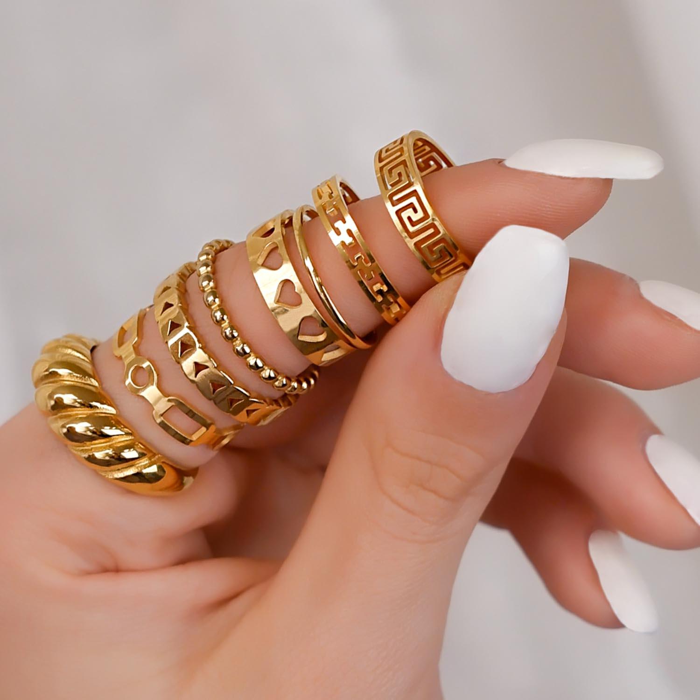 Goudkleurige ringen party met mooie nagels