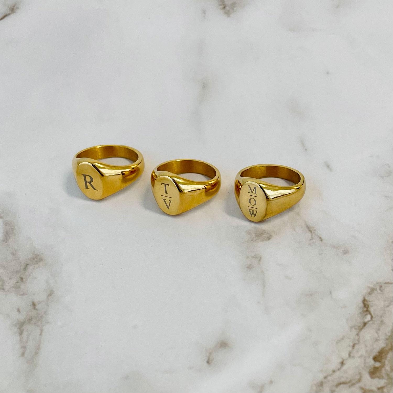 Mooie zegelringen in de kleur goud met jouw letters