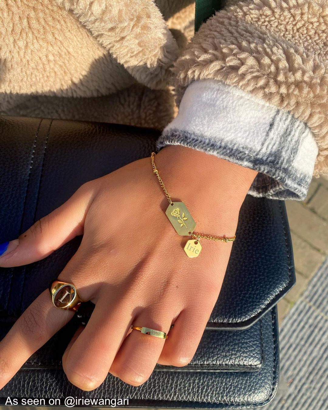 Influencer draagt ring met initiaal in de kleur goud