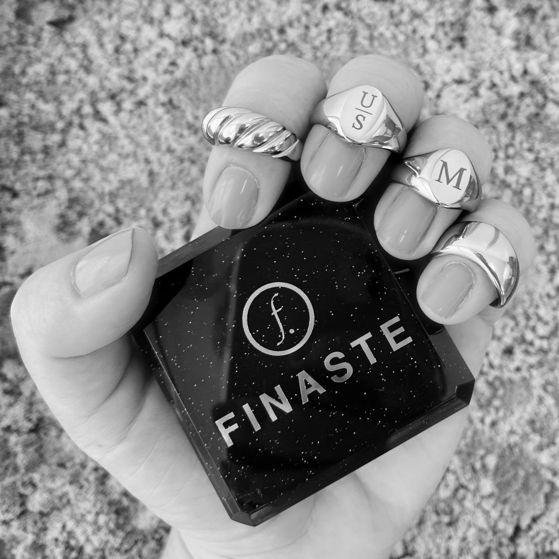 Mooie zwart wit foto van ringen om de hand