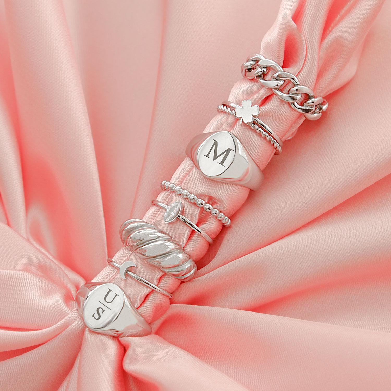 trendy ringen op een roze satijnen doek