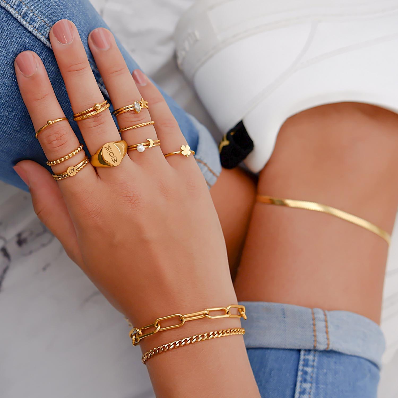 Trendy ringen bij vrouw met blonde haren