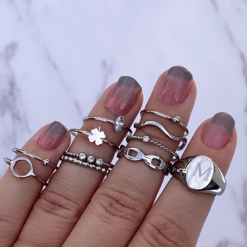 Trendy zilveren ringparty om vingers