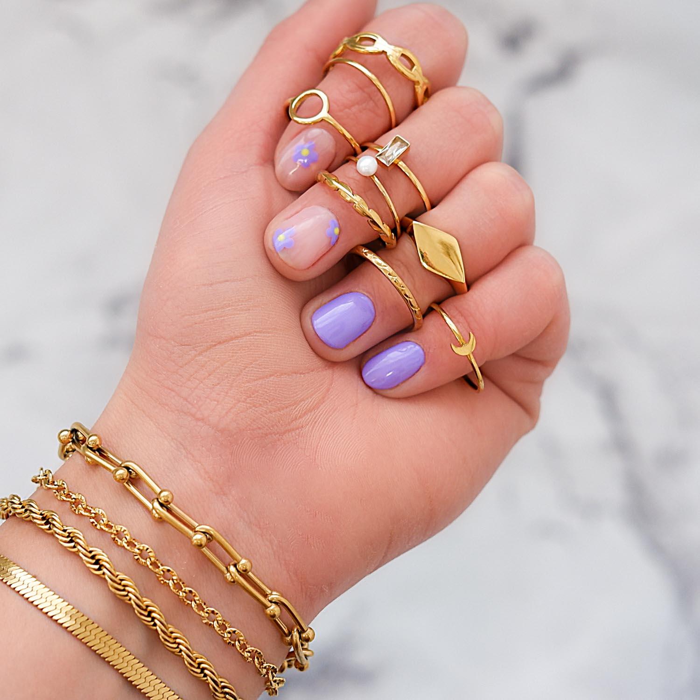 Mooie look met ringen in de hand om te kopen