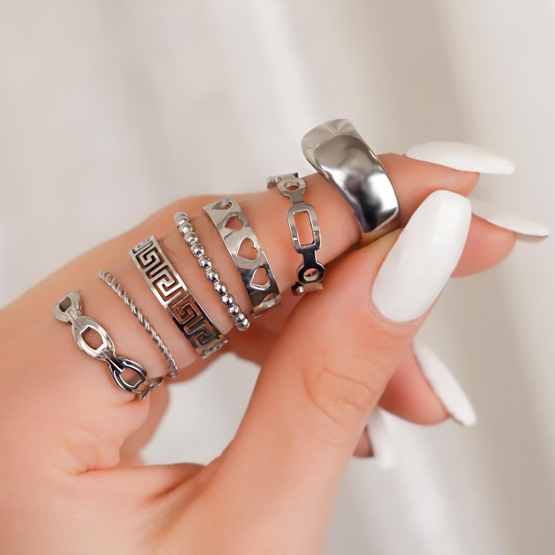 Leuke mix van zilveren ringen om vinger