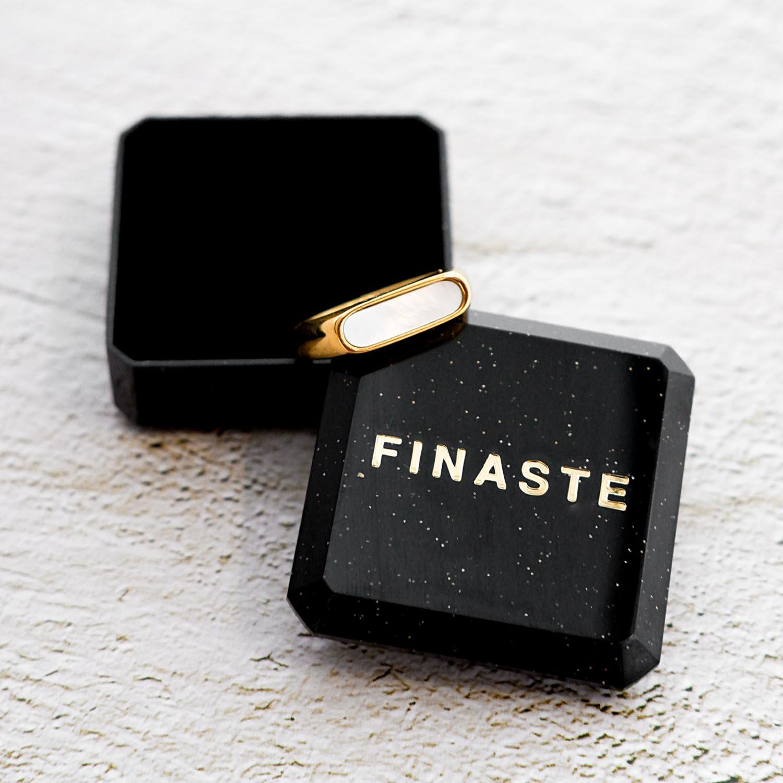 Mooie ring met een steen om te hand in een sieradendoosje