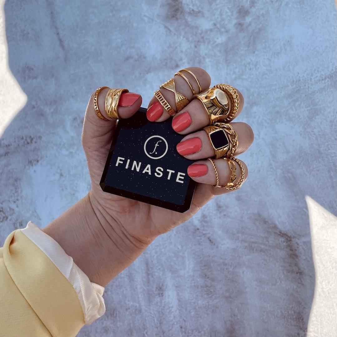Super mooie ringen om de hand van het model met sieradendoosje