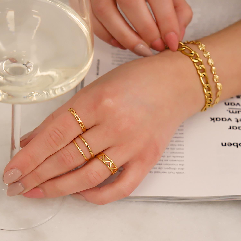 Mooie gouden ringen om de hand met een glas wijn