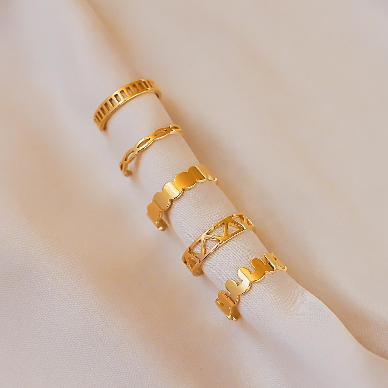 Mooie ringen op een satijnen doek om te dragen