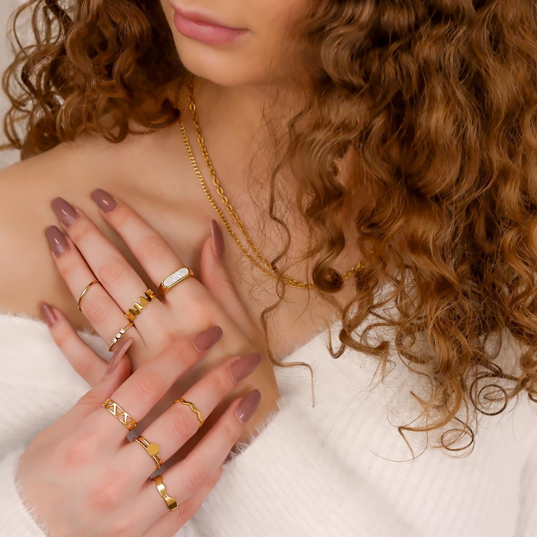 Goudkleurige verstelbare ringen om vingers