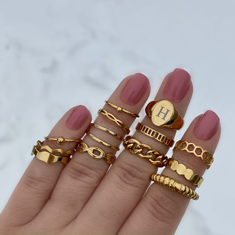 gouden ringen om de hand voor een trendy look