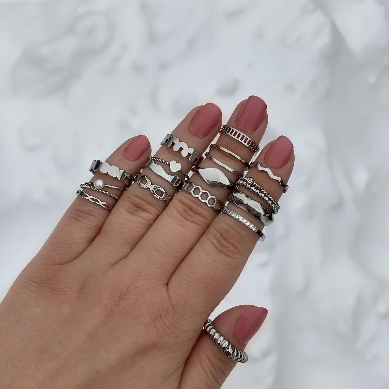 Verschillende sieraden in de hand