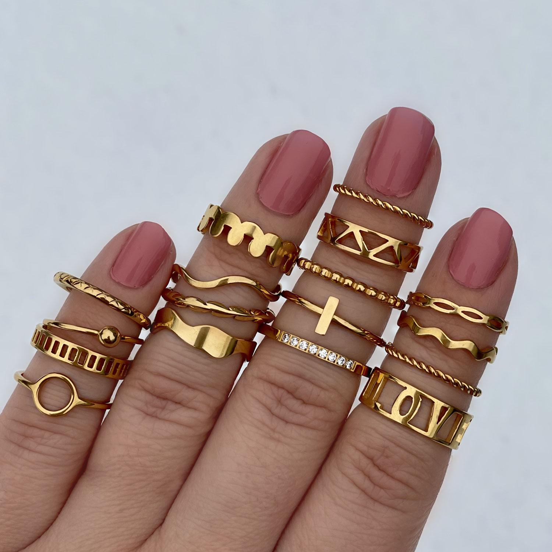 gouden ringen in een mix om de hand