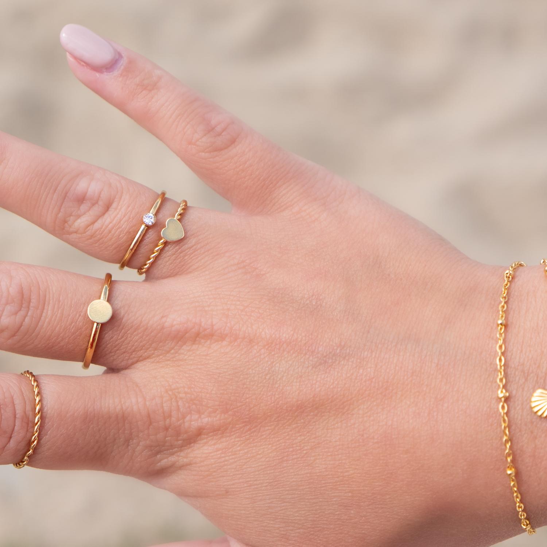 Mix en match van gouden ringen om vingers