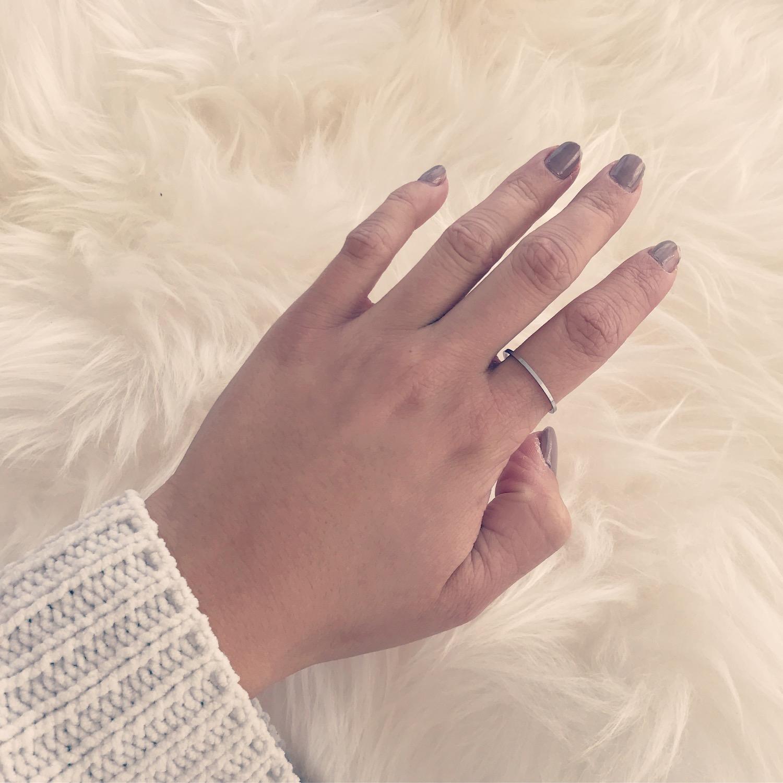Zilveren fijne ring met witte trui