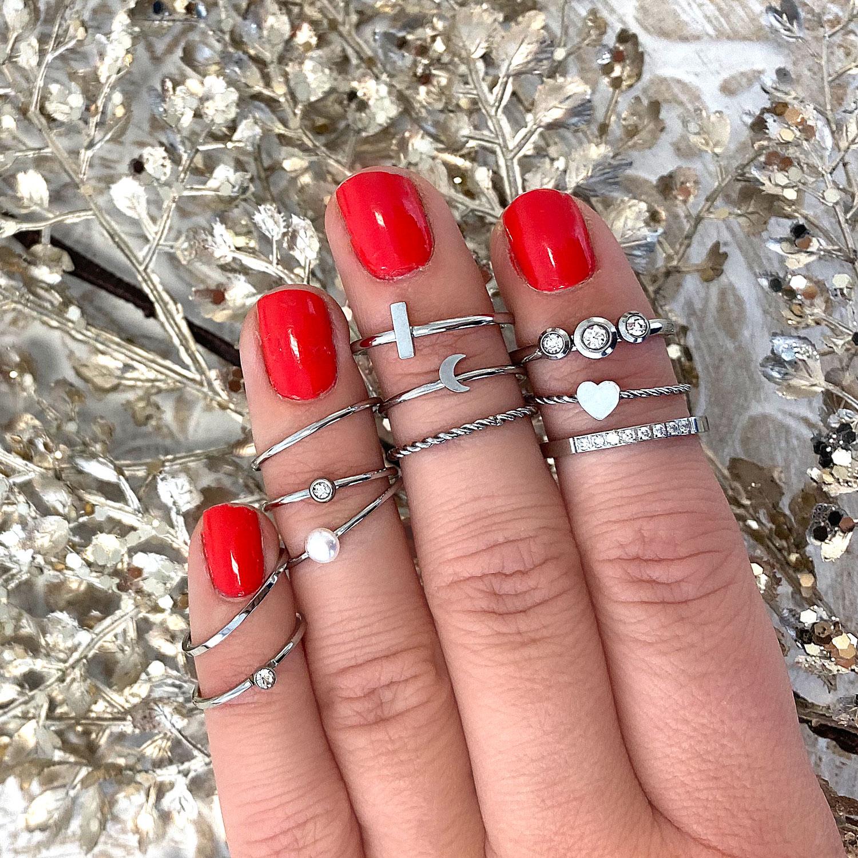 Mooie zilveren ring met steentje om de hand voor een complete look