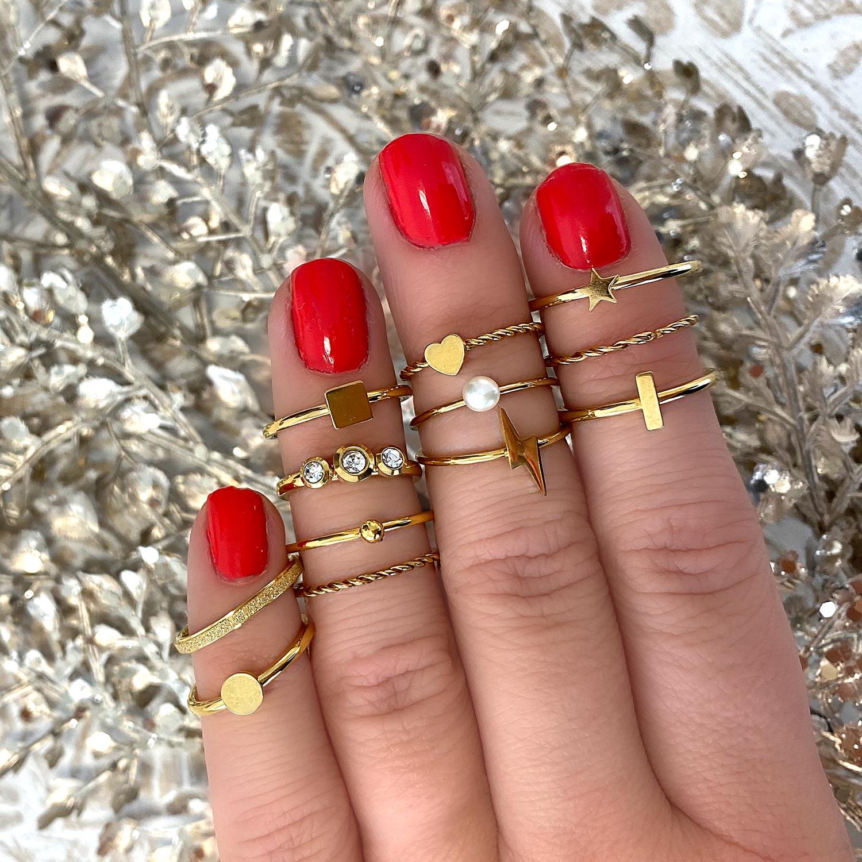 Verschillende gouden ringetjes op een marmeren plaatje