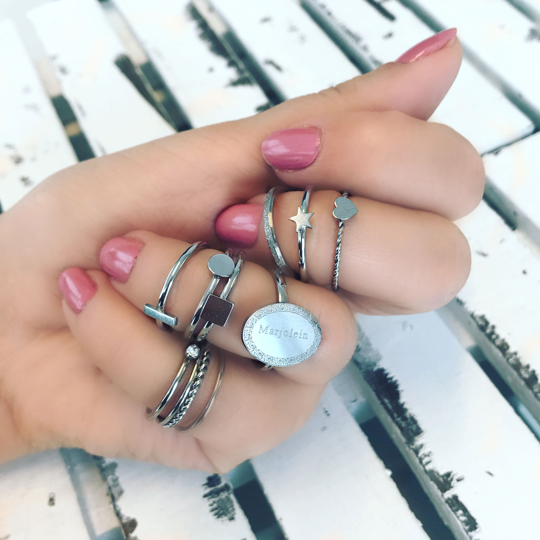 Verschillende ringen in de hand in het zilver