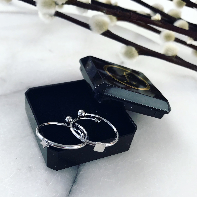 Twee zilveren ringetjes in sieradendoosje