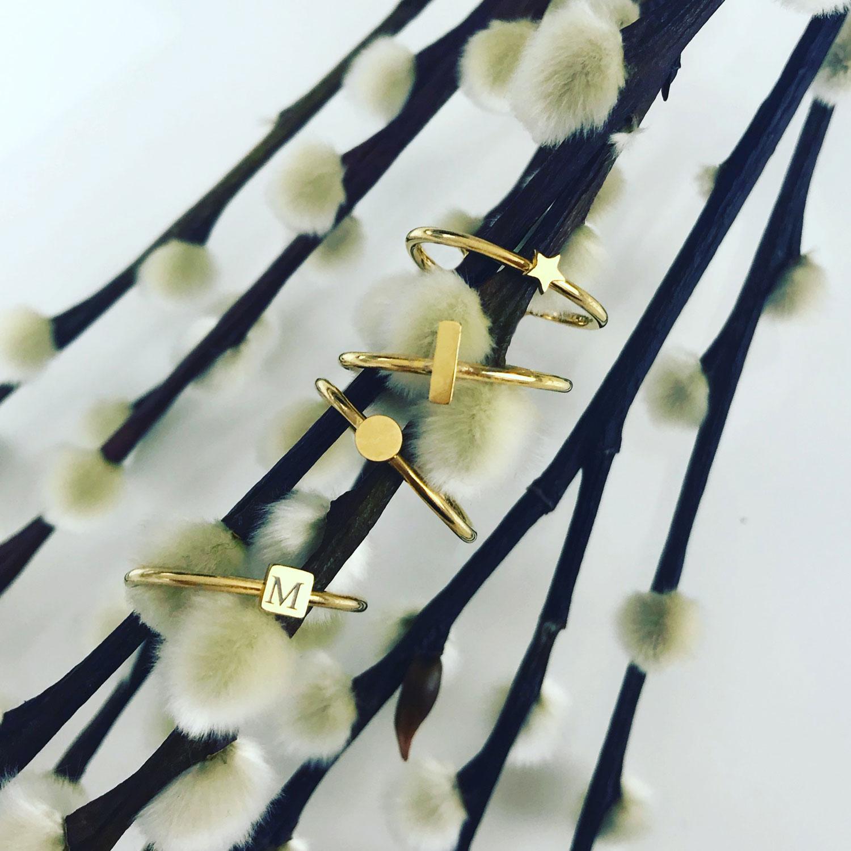 Gouden minimalistische ringen graveren