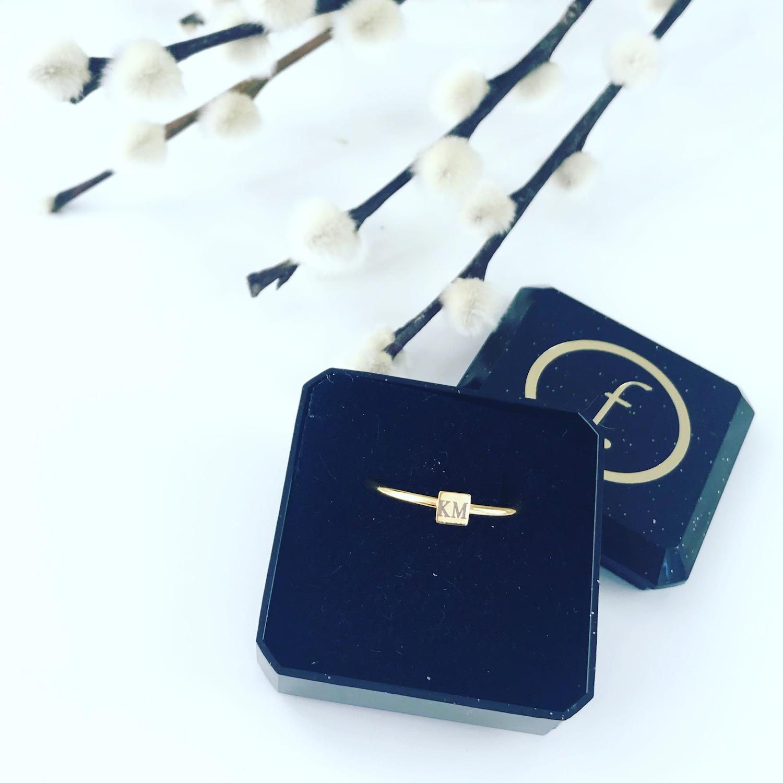 Gouden graveerbare ring met vierkantje in sieradendoosje