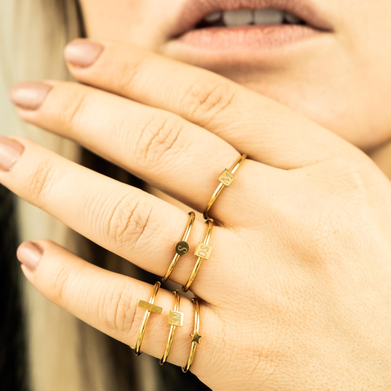 Gouden graveerbare ringetjes van Finaste bij vrouw