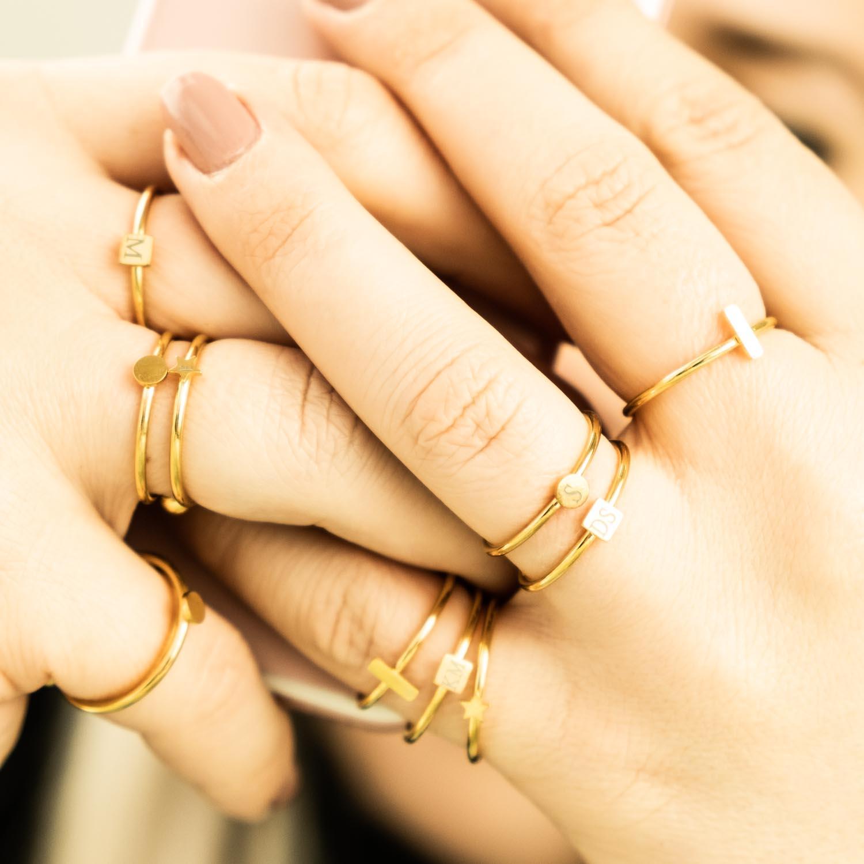 Twee handen met gouden ringetjes combinatie
