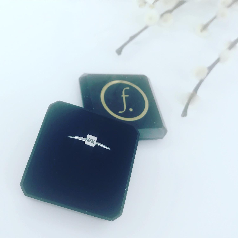 Zilveren graveerbare ring in sieradendoosje