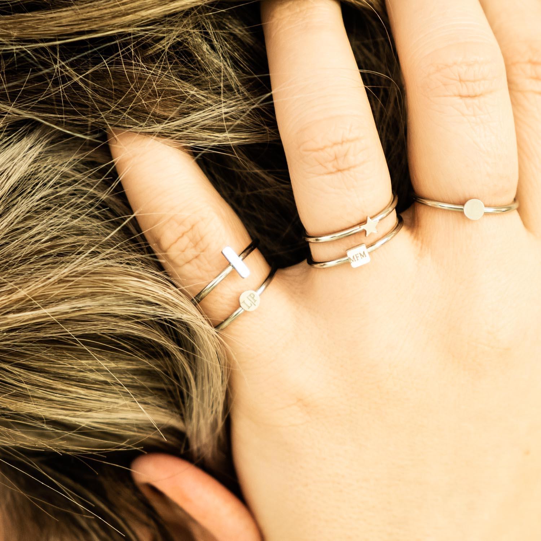 Minimalistische zilveren ringen bij vrouw met blond haar