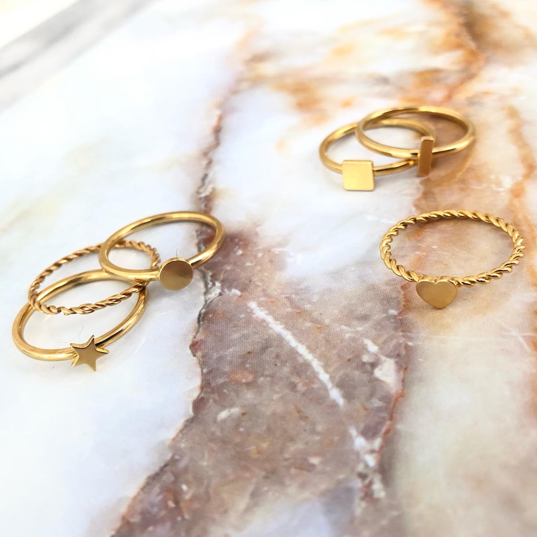 Verschillende gouden ringen op marmer