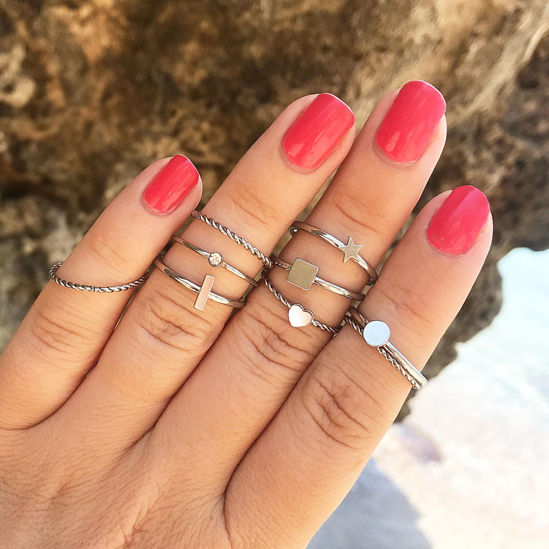 zilveren oorringen om de hand samen met nagellak