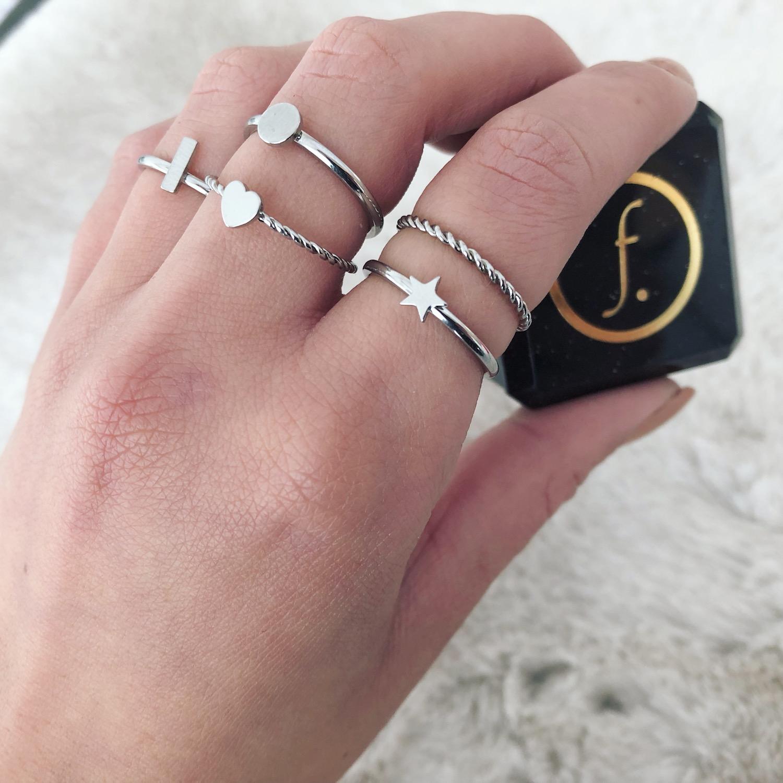 Vrouw draagt verschillende zilveren ringen nieuw