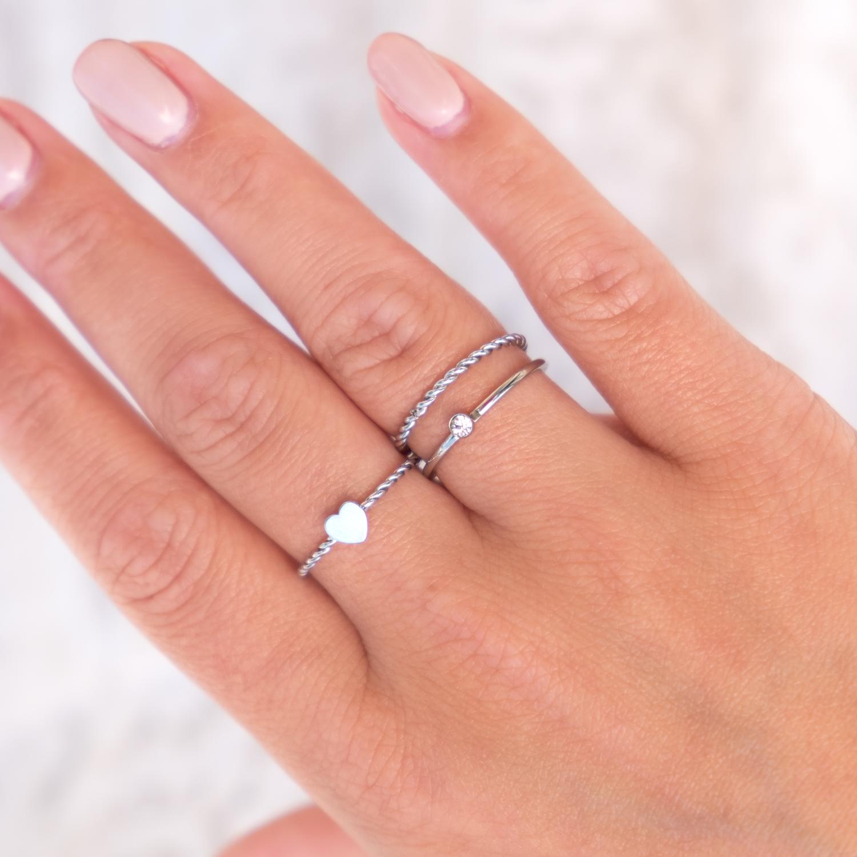 Minimalistische zilveren ringetjes bij elkaar gecombineerd