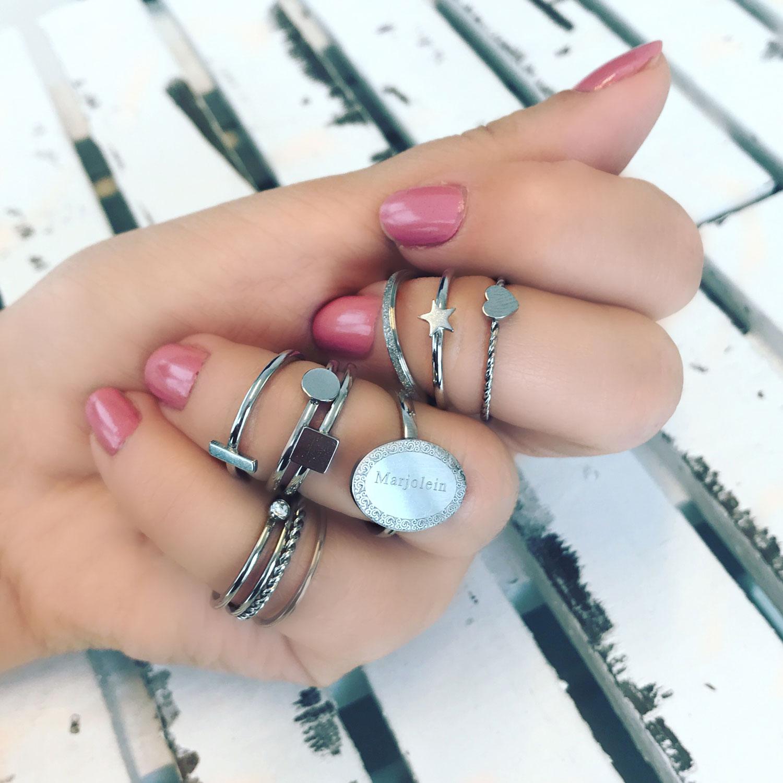Zilveren ringen om een hand met een mix en match