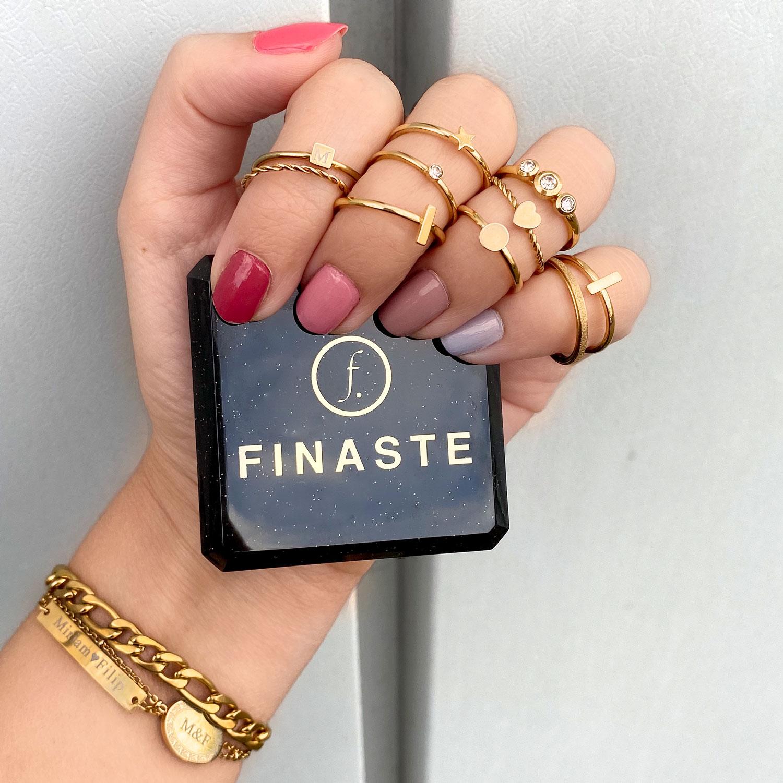 Mix van gouden ringen in de hand met een sieradendoosje