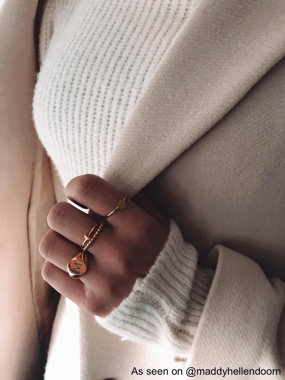 Influencer draagt gouden ringparty