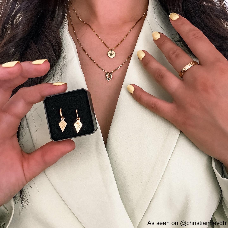 Influencer draagt gouden initial ketting