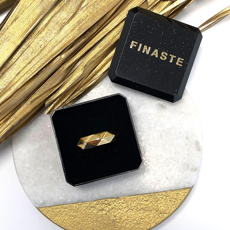 Geometrische print in een sieradendoosje met gouden details