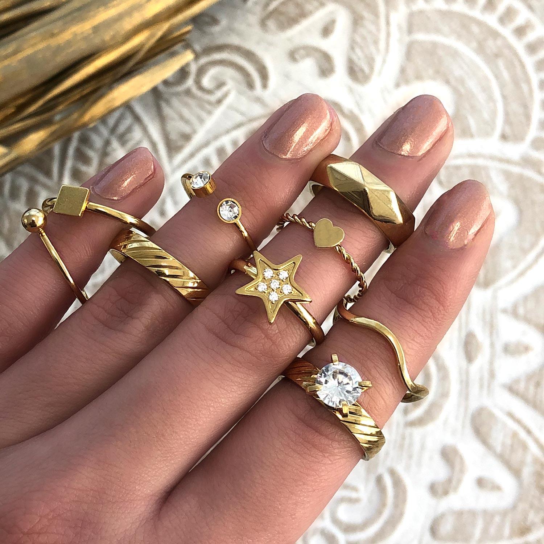 Gouden ringen om de handen voor een complete look