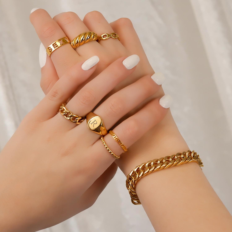 Goudkleurige leuke ring party om handen
