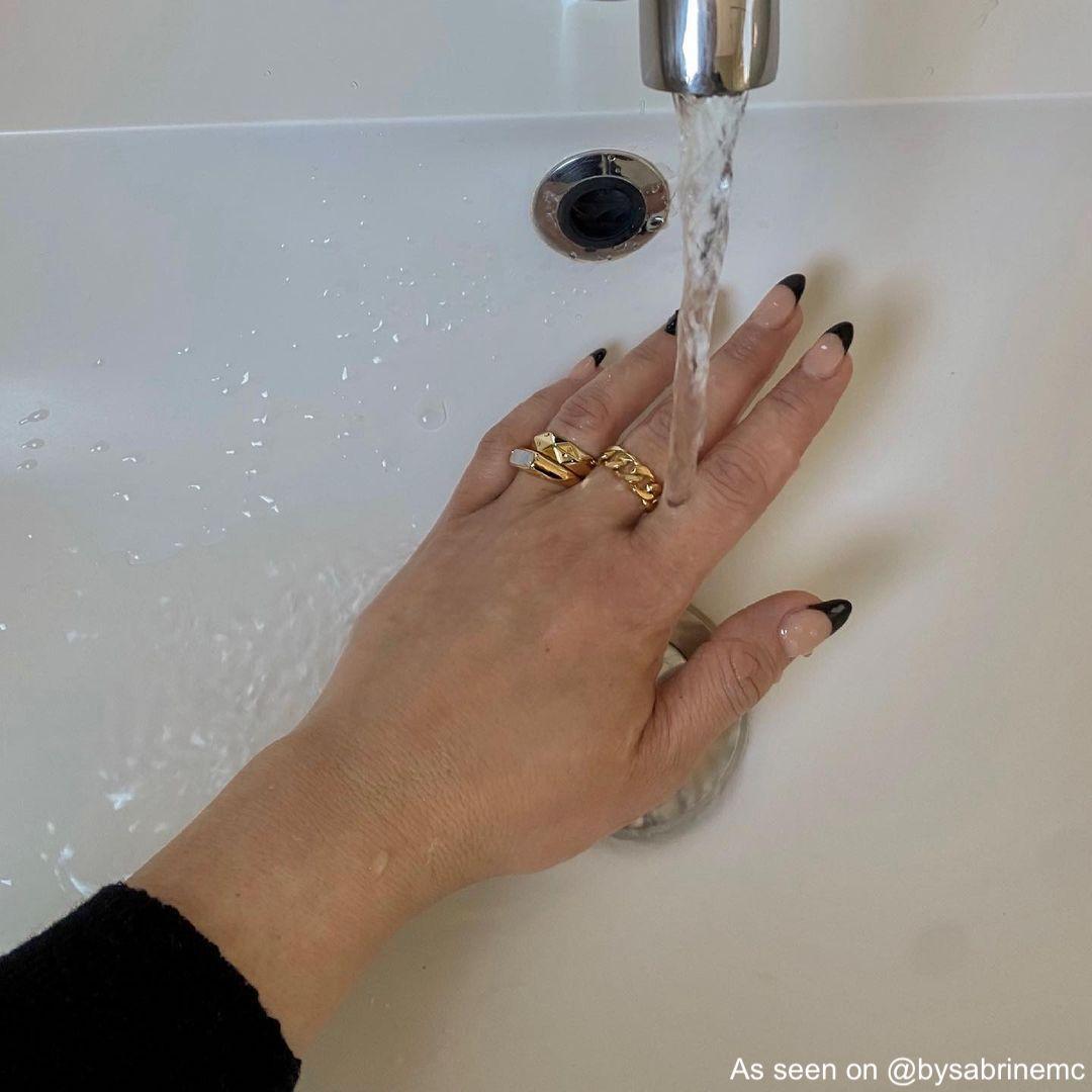 Influencer draagt ringen en wast handen