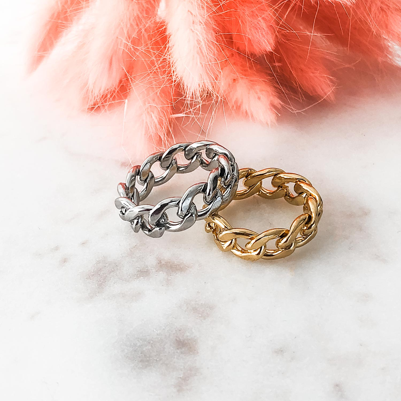 Grove ring met schakels op een marmeren plaatje om te kopen