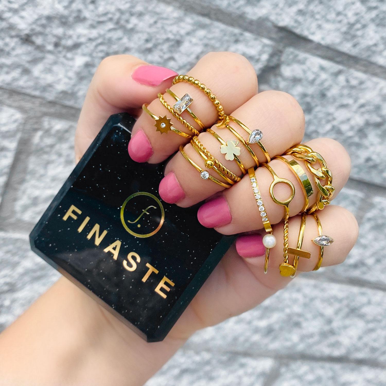 Gold plated schakelring in de hand met een sieradendoosje