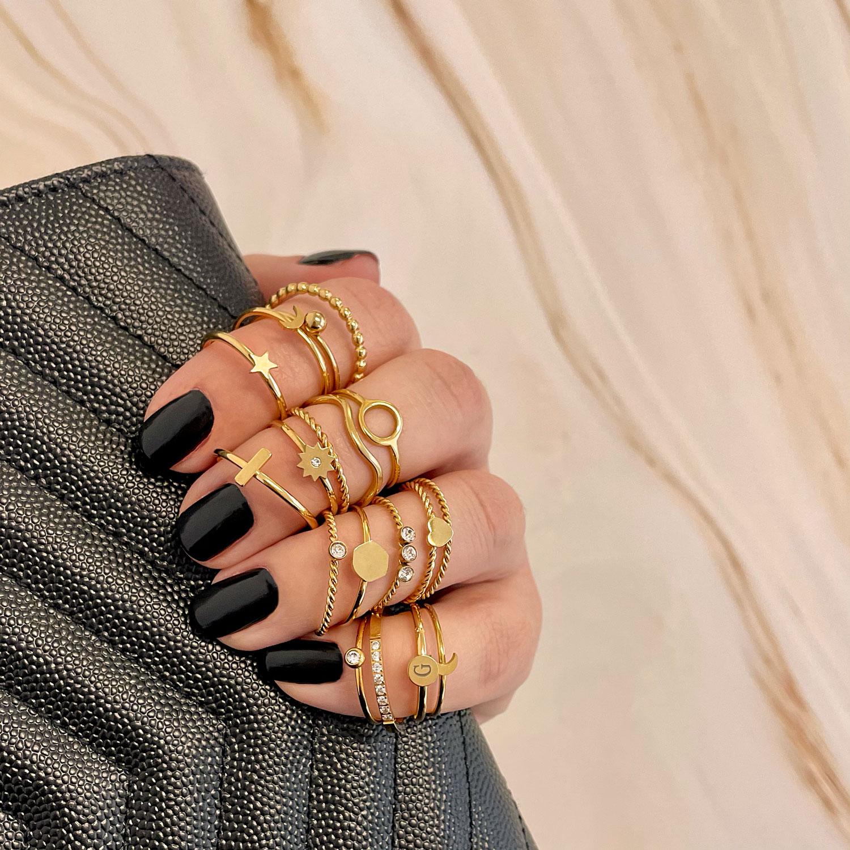 gouden minimalistische ringen om de hand