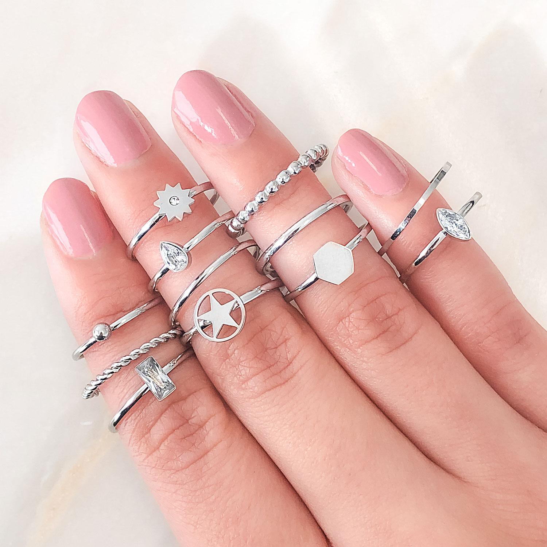 Leuke mix van zilverkleurige ringen om de hand