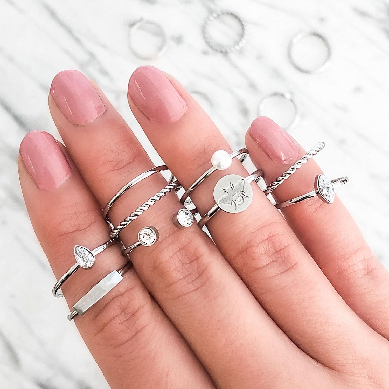 Leuke ring met pareltjes om de hand voor een trendy look