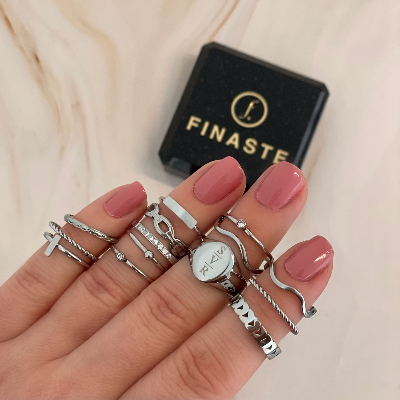 Zilveren ring om de hand met een sieradendoosje