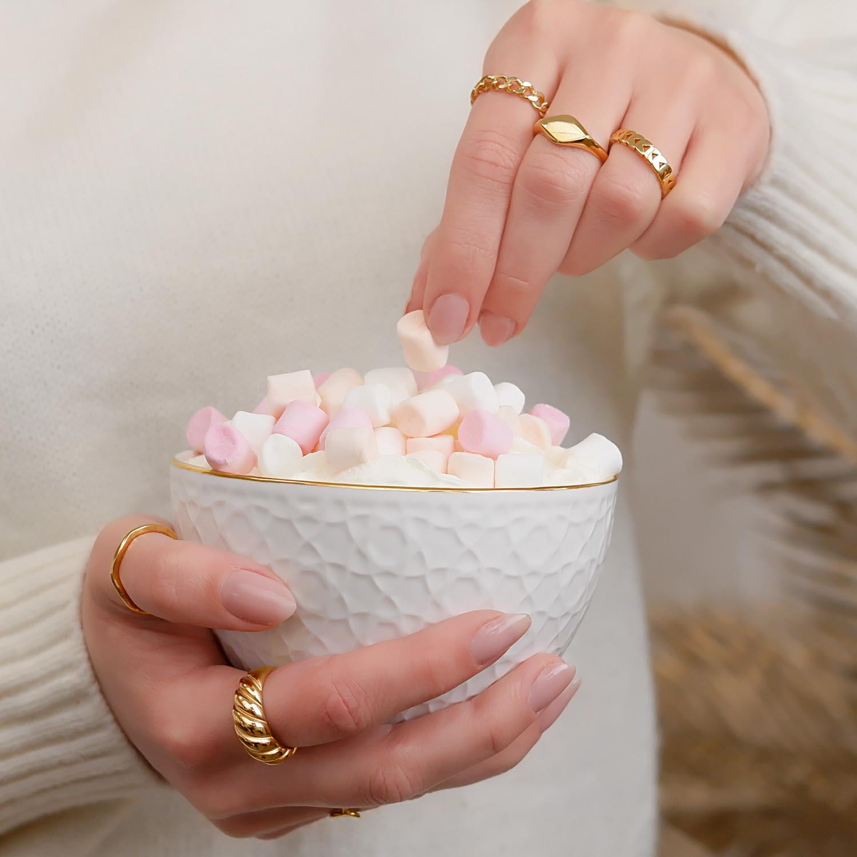 Vrouw met chocomelk met mooie trendy ringen om de hand
