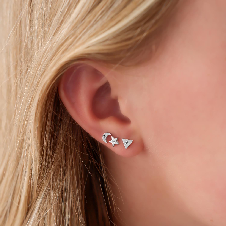 Trendy oorbellen met ene maantje in het oor