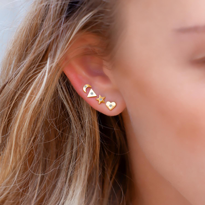 Mooie set van oorbellen in het oor voor een trendy look